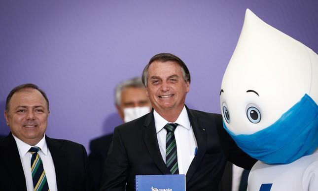 O então ministro da Saúde, Eduardo Pazuello, ao lado do presidente Jair Bolsonaro e do personagem 'Zé Gotinha' durante o lançamento do Plano Nacional de Operacionalização da Vacina contra a Covid-19, no Palácio do Planalto, em dezembro de 2020