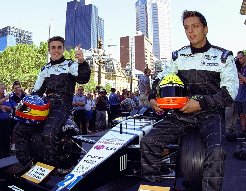 Fernando Alonso e Tarso Marques no lançamento do carro da Minardi para a temporada 2001 da Fórmula 1 — Foto: Robert Cianflone /ALLSPORT /Getty Imges