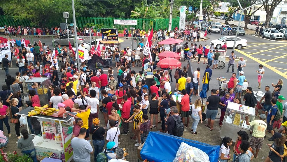 NATAL, 15h23: Manifestantes fecham avenida Salgado Filho, no bairro Tirol, em Natal — Foto: Rafael Barbosa/G1
