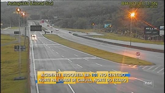 Caminhão carregado com garrafas de cerveja tomba e bloqueia a BR-101 por 4 horas em Garuva