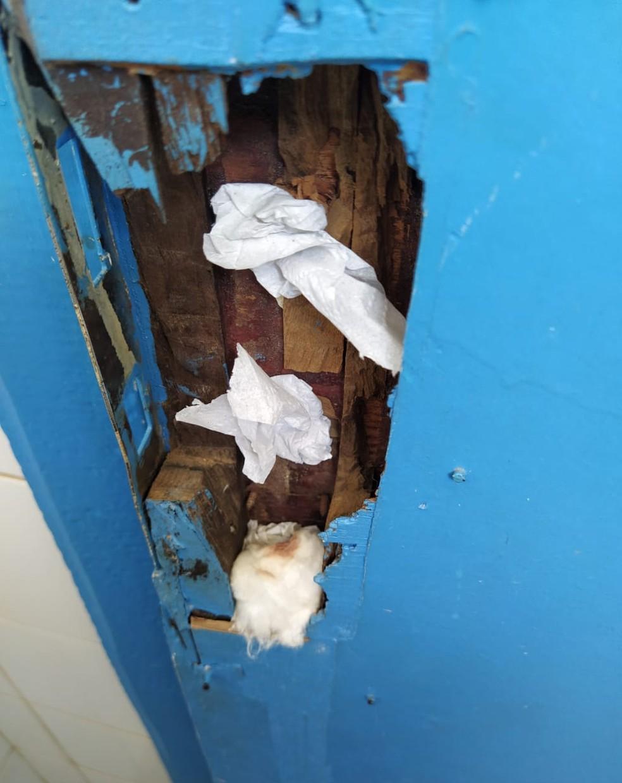 Porta do banheiro de uso comum do Hospital Municipal de Machadinho — Foto: Coren/Divulgação