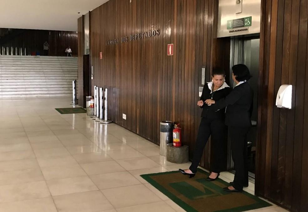 Ascensoristas em elevador na Câmara dos Deputados (Foto: Bernardo Caram/G1)