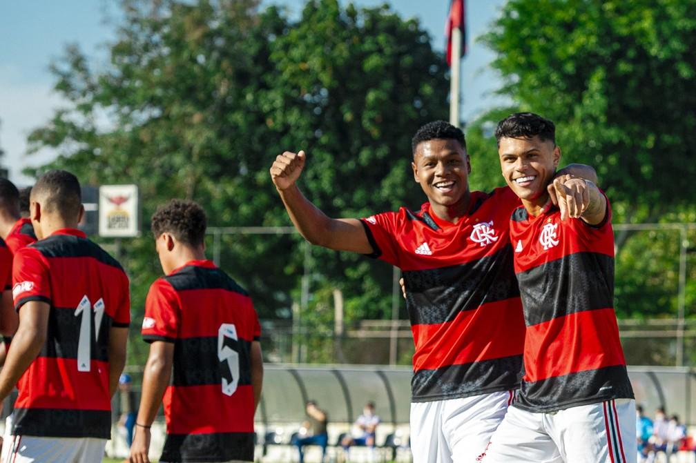 Matheus França e Mateusão comemoram gol pelo Flamengo sub-17 — Foto: Marcelo Cortes / Flamengo