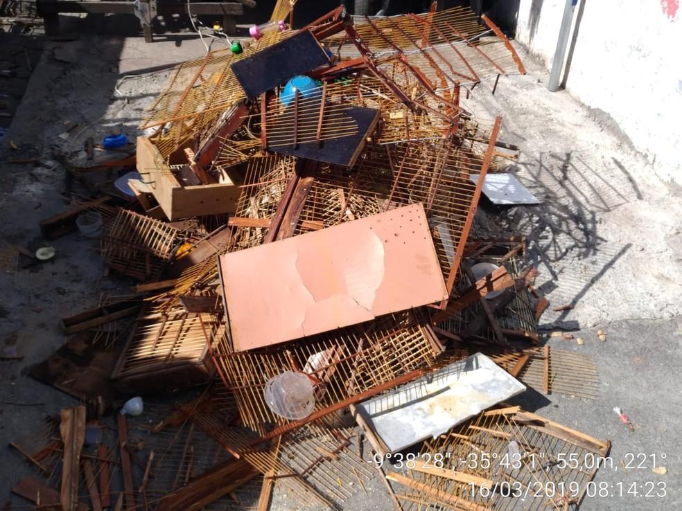 Gaiolas encontradas em feira livre no Jacintinho, em Maceió, são destruídas por militares do BPA — Foto: BPA/Divulgação