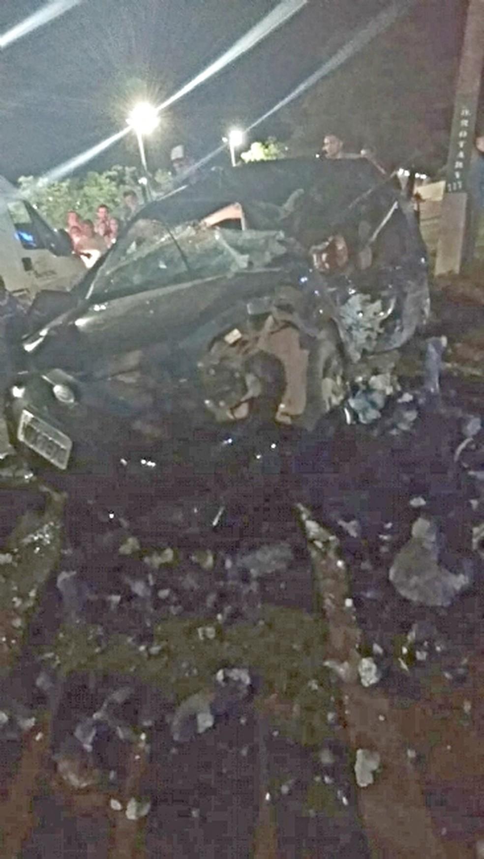 Carro ficou destruído após acidente em Sapezal — Foto: Arquivo pessoal