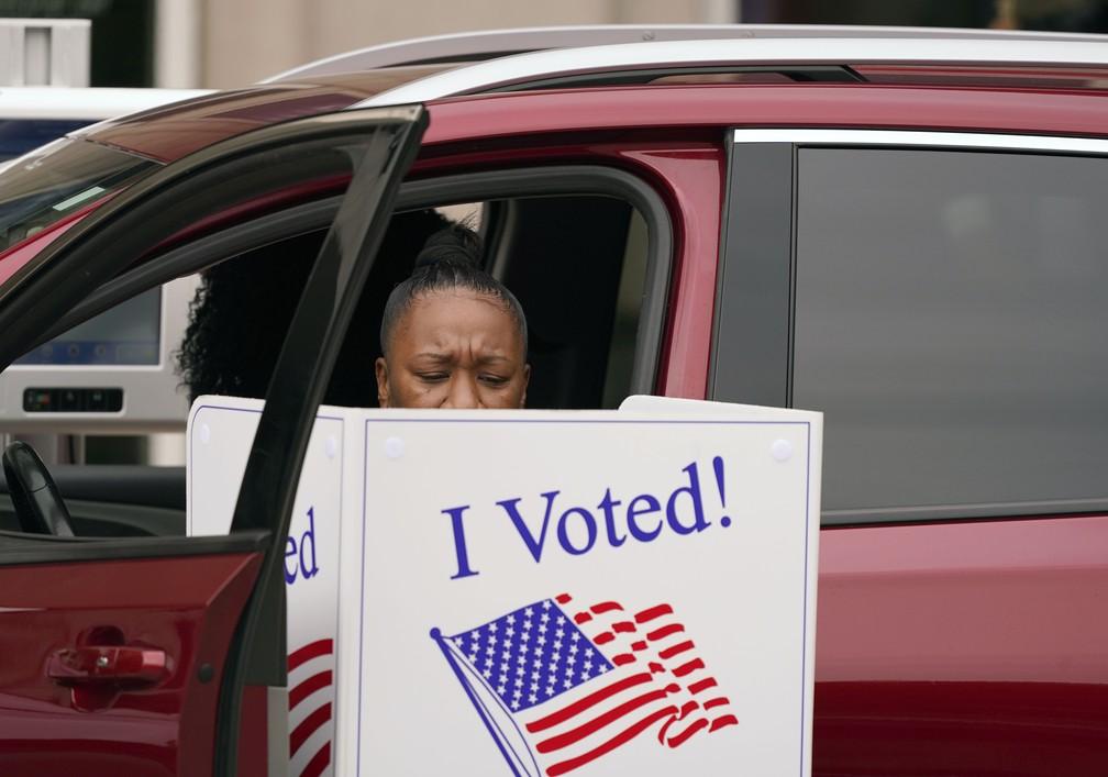 Eleitora vota de dentro do seu carro em Dallas, no Texas, no dia 15 de outubro — Foto: LM Otero/AP