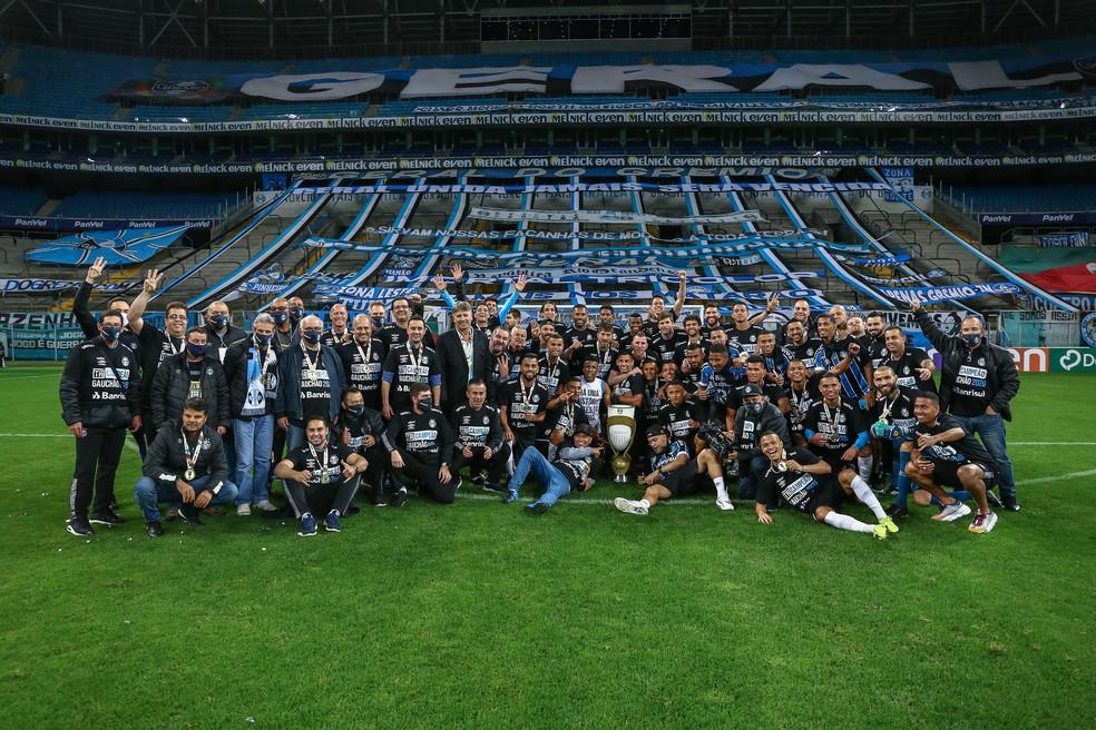 Jogadores, comissão e funcionários juntos da diretoria em comemoração do título do Grêmio — Foto: Lucas Uebel/Grêmio