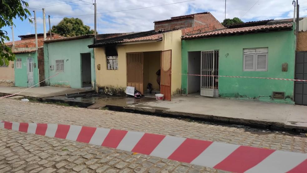 Homem não aceita fim do relacionamento e incendeia casa de ex-companheira — Foto: Isaiana Santos/Inter TV Costa Branca