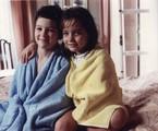 'Felicidade' (1991) marcou a estreia de Tatyane Goulart, aos 7 anos, na TV Globo. Na foto, com o ator Eduardo Caldas, seu irmão na trama | TV Globo/Claudia Dantas