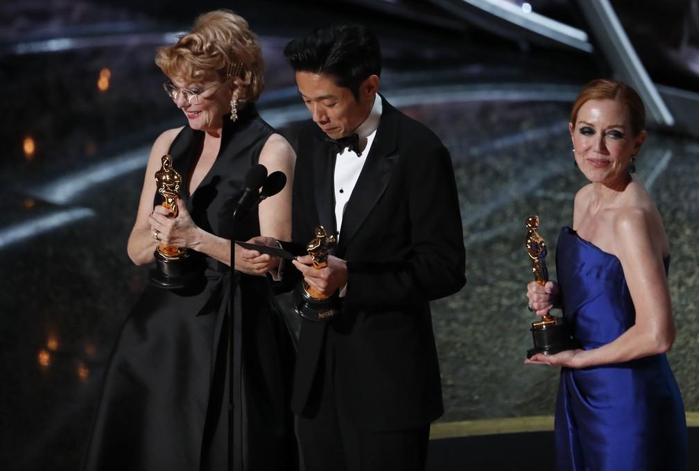 Kazu Hiro, Anne Morgan e Vivian Baker recebem o Oscar de melhor maquiagem e cabelo por 'O escândalo' — Foto: Mario Anzuoni/Reuters