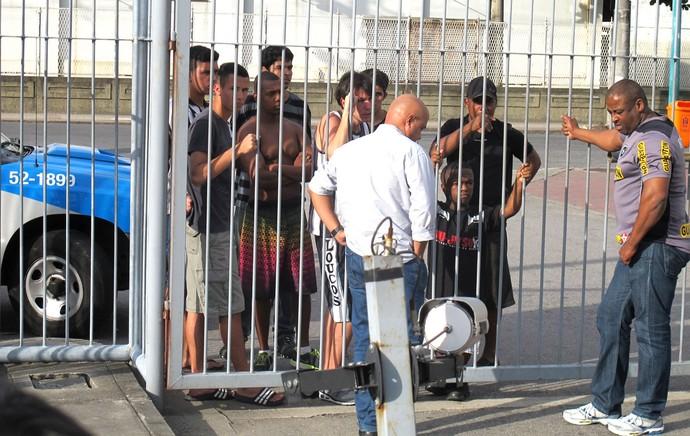protesto da torcida do Botafogo com a polícia (Foto: Thales Soares)