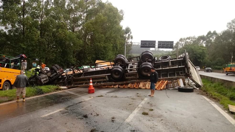 Carreta tomba na Fernão Dias e bloqueia trânsito no sentido SP na altura de Itatiaiuçu | Minas Gerais | G1