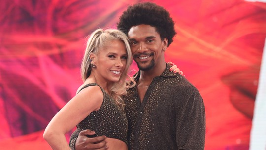 Adriane Galisteu arrasa na repescagem e web 'pira' com a volta da loira ao 'Dança dos Famosos'