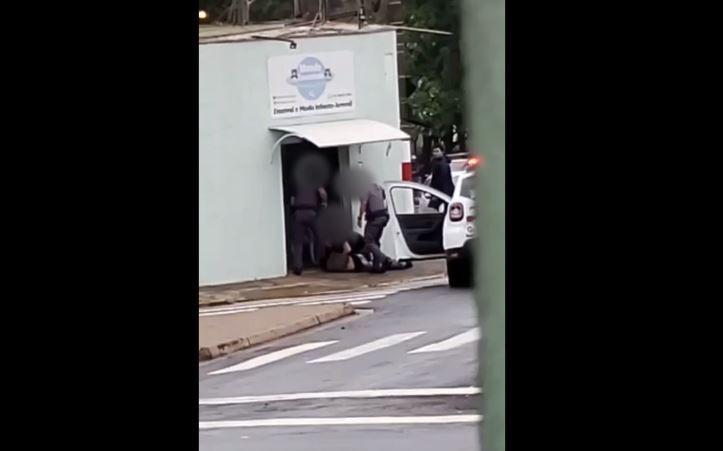 Preso por tráfico, rapaz é agredido com joelhadas e socos pela PM em Piracicaba; VÍDEO