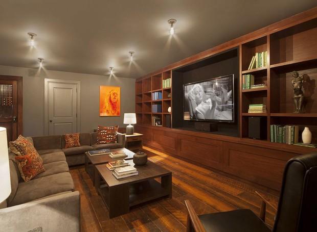 A sala de televisão fica no subsolo e conta com adega (Foto: Scott Parks Realty/ Reprodução)