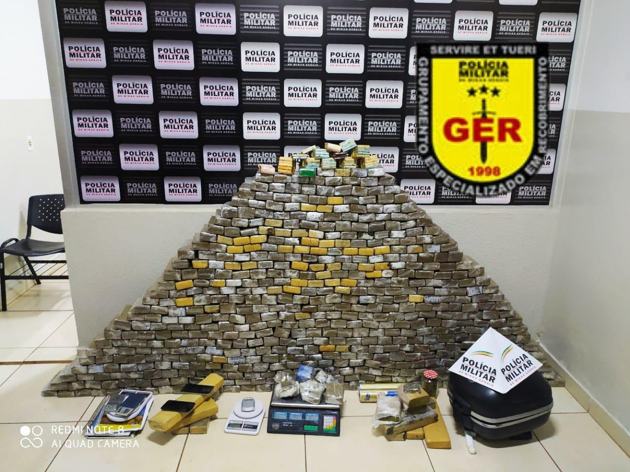 Mais de 500 barras de maconha e grande quantidade de dinheiro são apreendidas em Uberlândia
