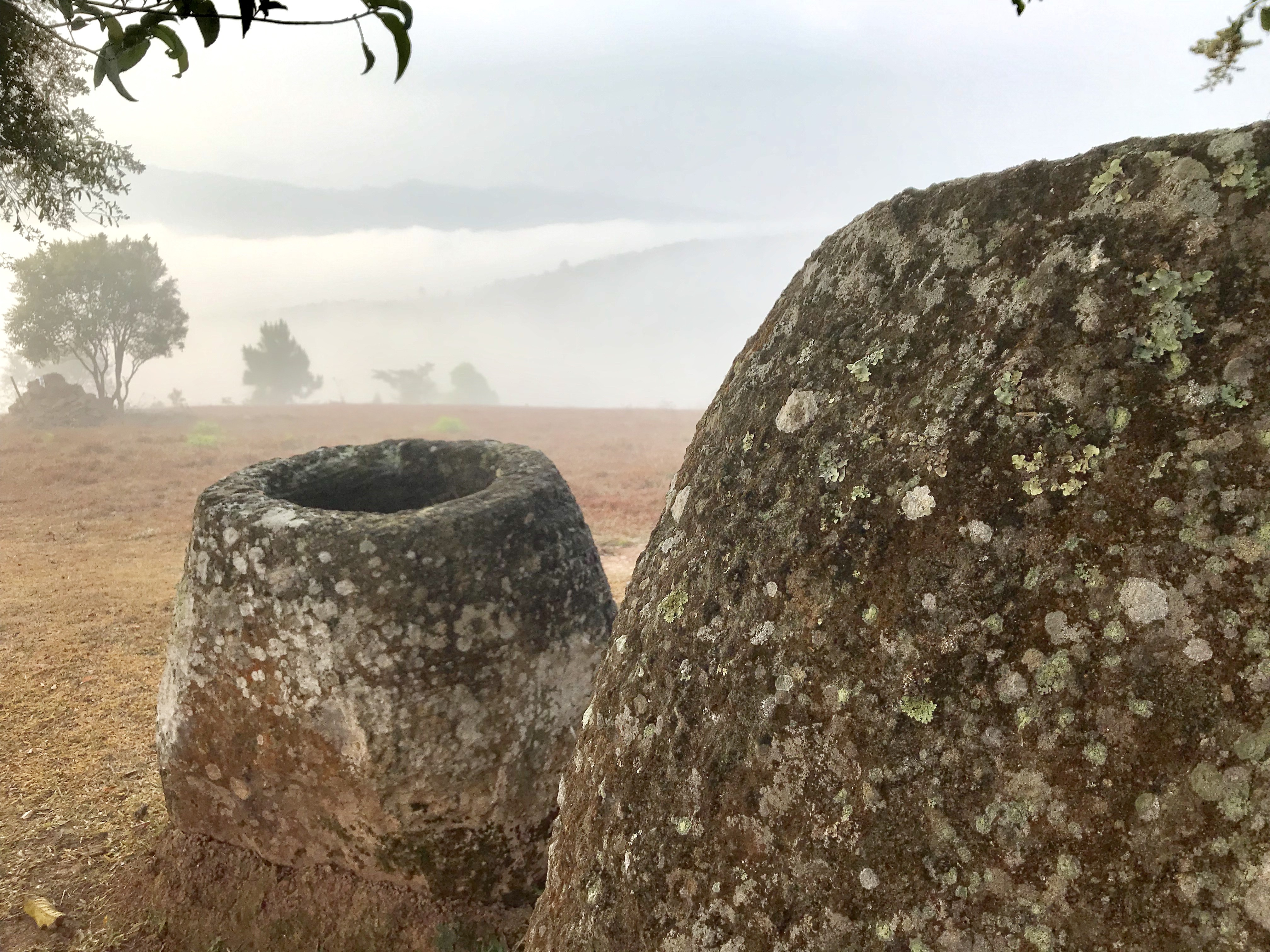 "(Foto: <a href=""https://anu.prezly.com/more-mysterious-jars-of-the-dead-unearthed-in-laos"">The Australian National University (ANU</a>)"