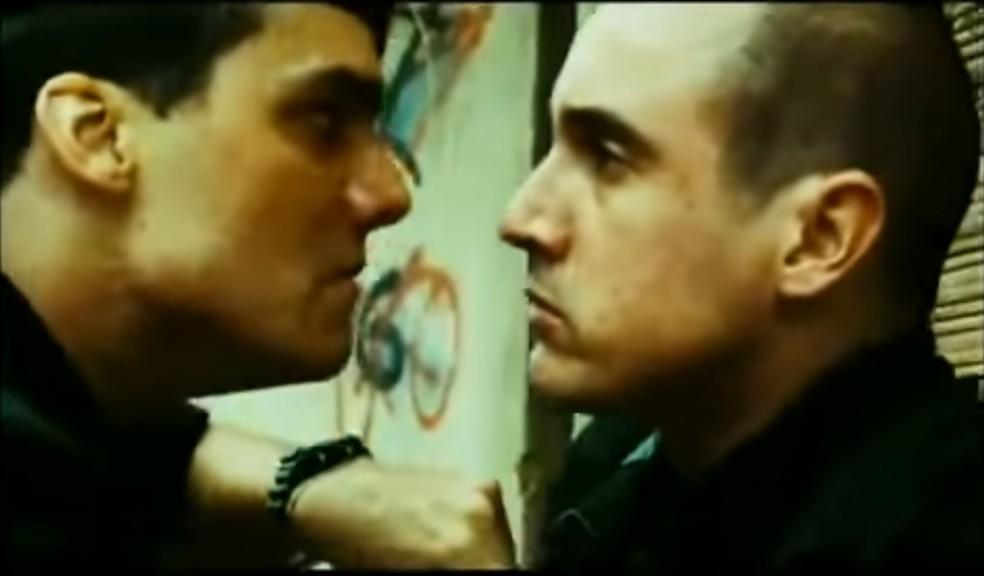 Caio Junqueira em cena com Wagner Moura no filme 'Tropa de elite' — Foto: Reprodução/'Tropa de elite'