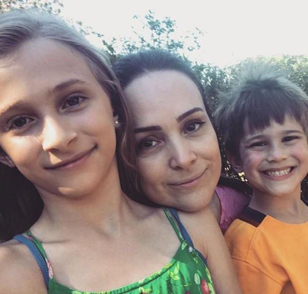 Gabriela com os filhos, Manuela e Frederico (Foto: Reprodução/Instagram)