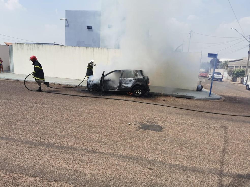Motorista não se feriu, mas o carro foi destruído — Foto: Divulgação