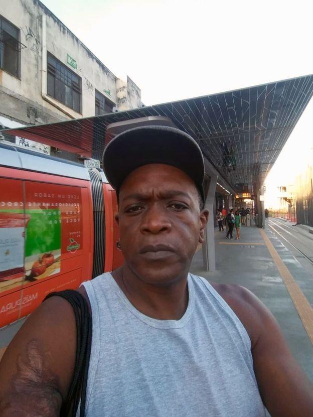 Morador de Santo Cristo, bairro da zona portuária na região central, Santos diz que o deslocamento ficou mais complicado e demorado (Foto: CORTESIA/ROBERTO SANTOS via BBC News Brasil)
