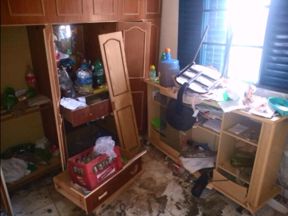 Homem é resgatado após ser encontrado trancado em casa com muito lixo em Avaré — Foto: Polícia Militar/Divulgação