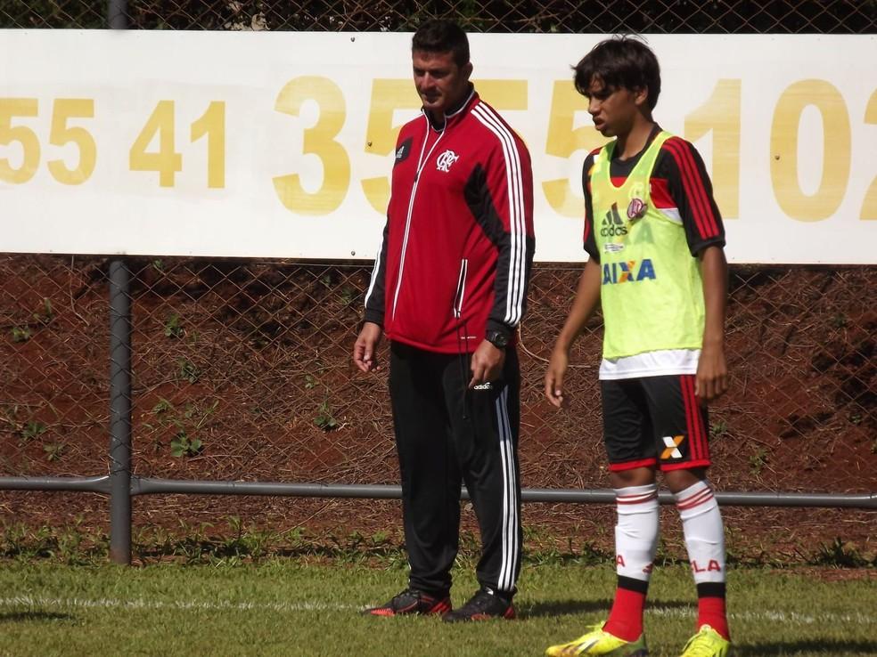 Betinho com um ainda franzino Paquetá na base do Flamengo — Foto: Arquivo pessoal