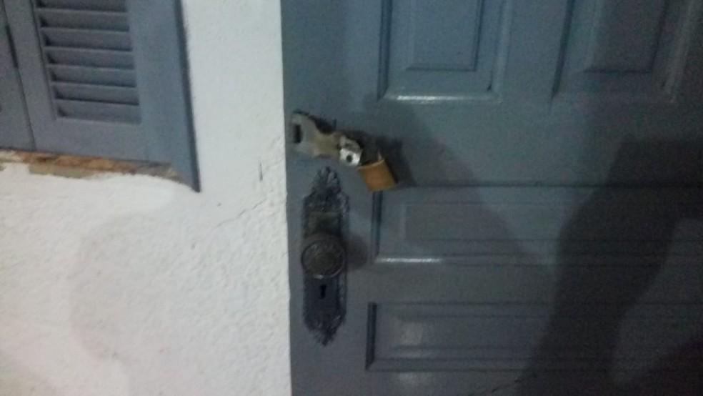 Criminosos quebraram os cadeados na escola de Itabela — Foto: Giro de Notícias