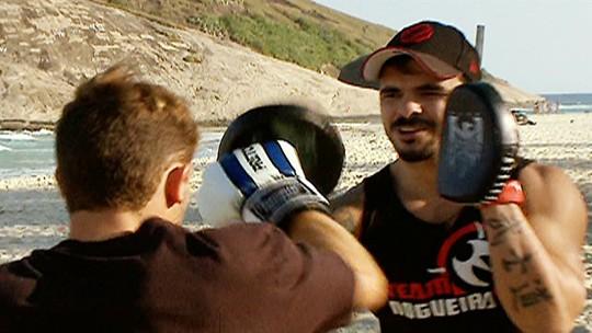 Alejo Muniz e Thiago Jambo participam de exercícios funcionais nas areias do Rio