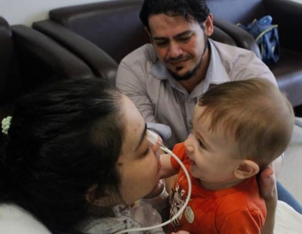 Michele reencontra com o filho Henrique (Foto: Reprodução Facebook)