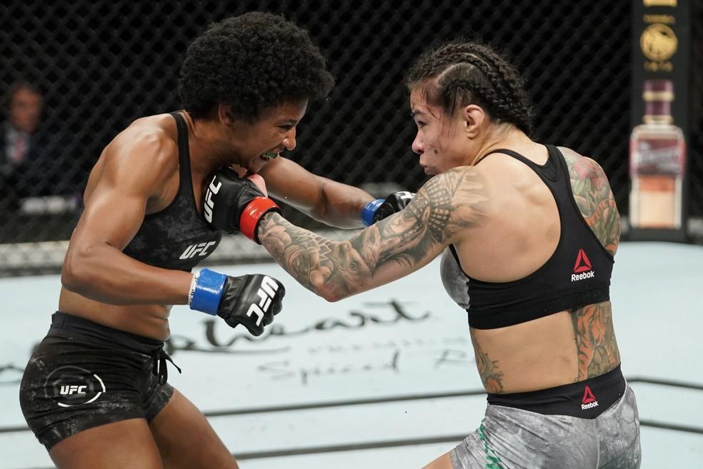 Cláudia Gadelha e Angela Hill se golpeiam no UFC: Overeem x Harris — Foto: Getty Images
