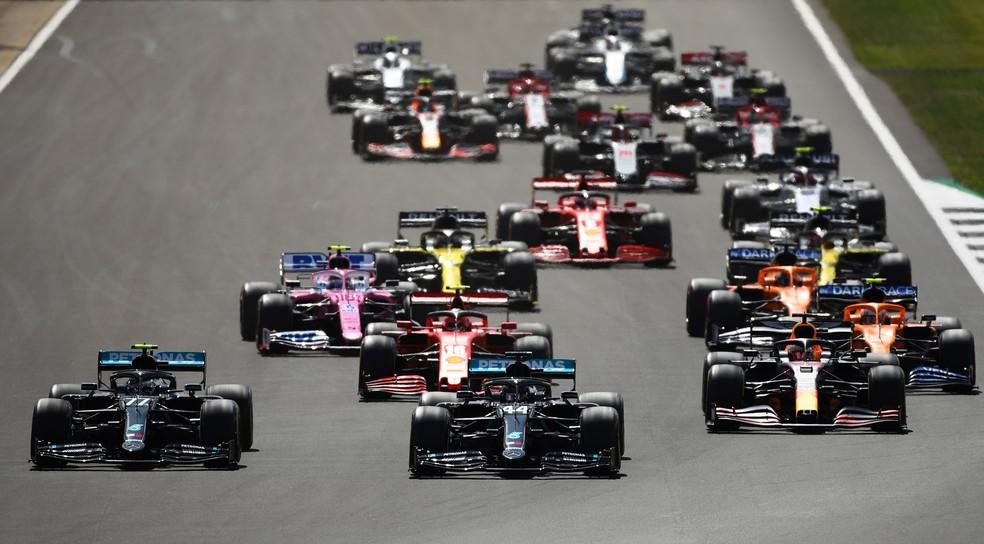 Largada do GP da Inglaterra de 2020, em Silverstone; etapa receberá primeiro teste de corridas classificatórias em 2021 — Foto: Getty Images