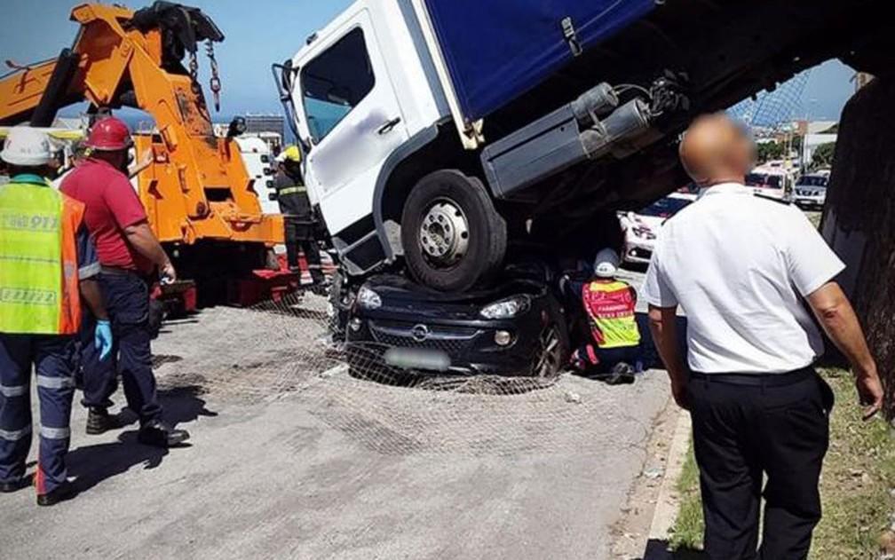 Vítima ficou 40 minutos dentro do carro até que pudesse ser resgatada, com múltiplos ferimentos — Foto: Netcare911/BBC