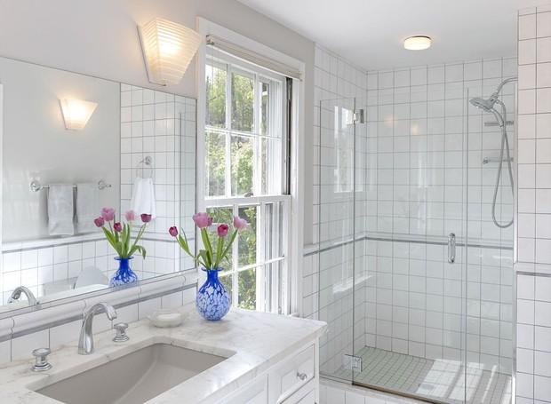 O banheiro foi reformado sem perder o toque clássico da decoração (Foto: Ellis Sotheby's International Realty/ Reprodução)