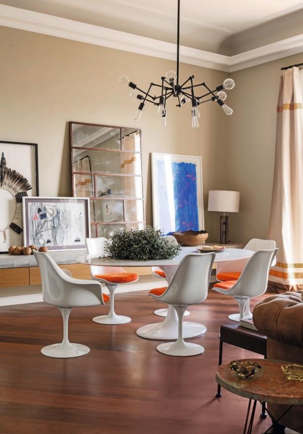 No projeto do arquiteto francês Jean de Just, a sala de jantar tem lustre da Sierra Móveis, mesa Saarinen e cadeiras Tulipa da Tok & Stok. (Foto: Sam Bacine / Editora Globo)