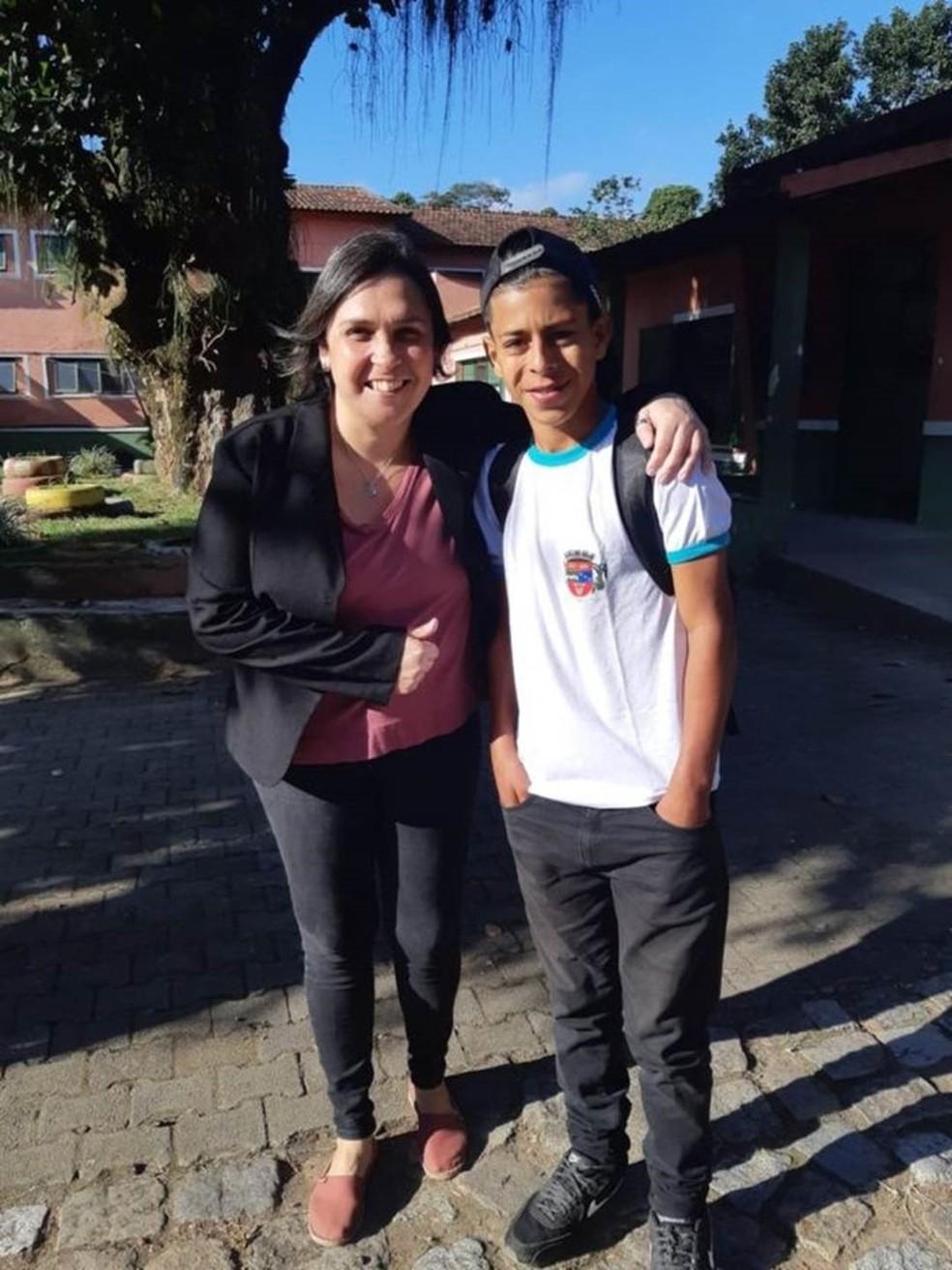 Luan com a nova professora no dia que voltou para a escola, após perder os dois primeiros meses deste ano — Foto: Arquivo pessoal