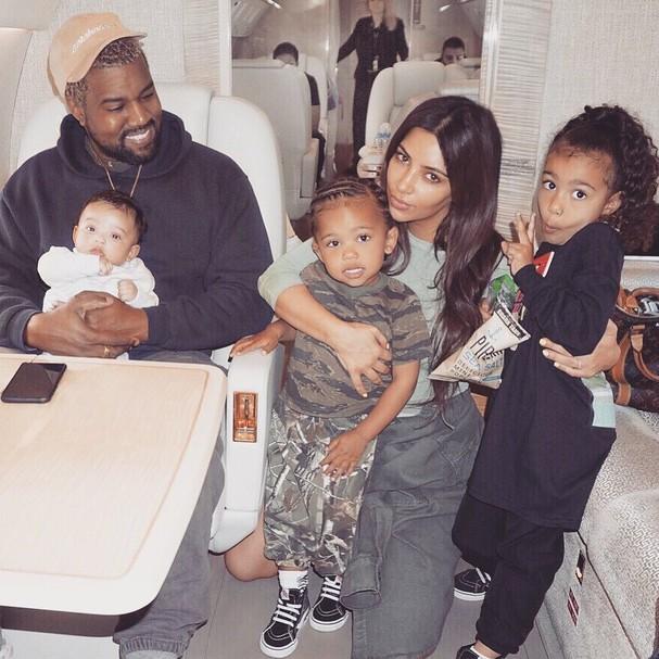 Kim Kardashian, Kanye West e os filhos (Foto: Instagram/Reprodução)