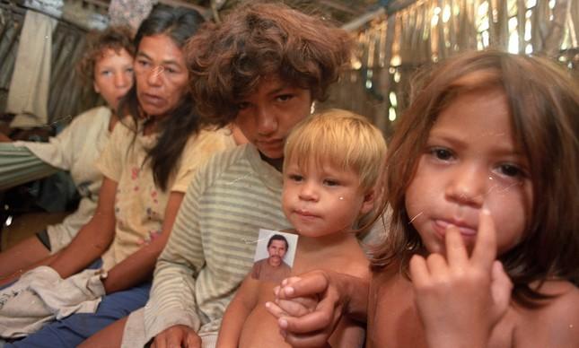 Família mostra foto de pai morto na chacina em Eldorado do Carajás