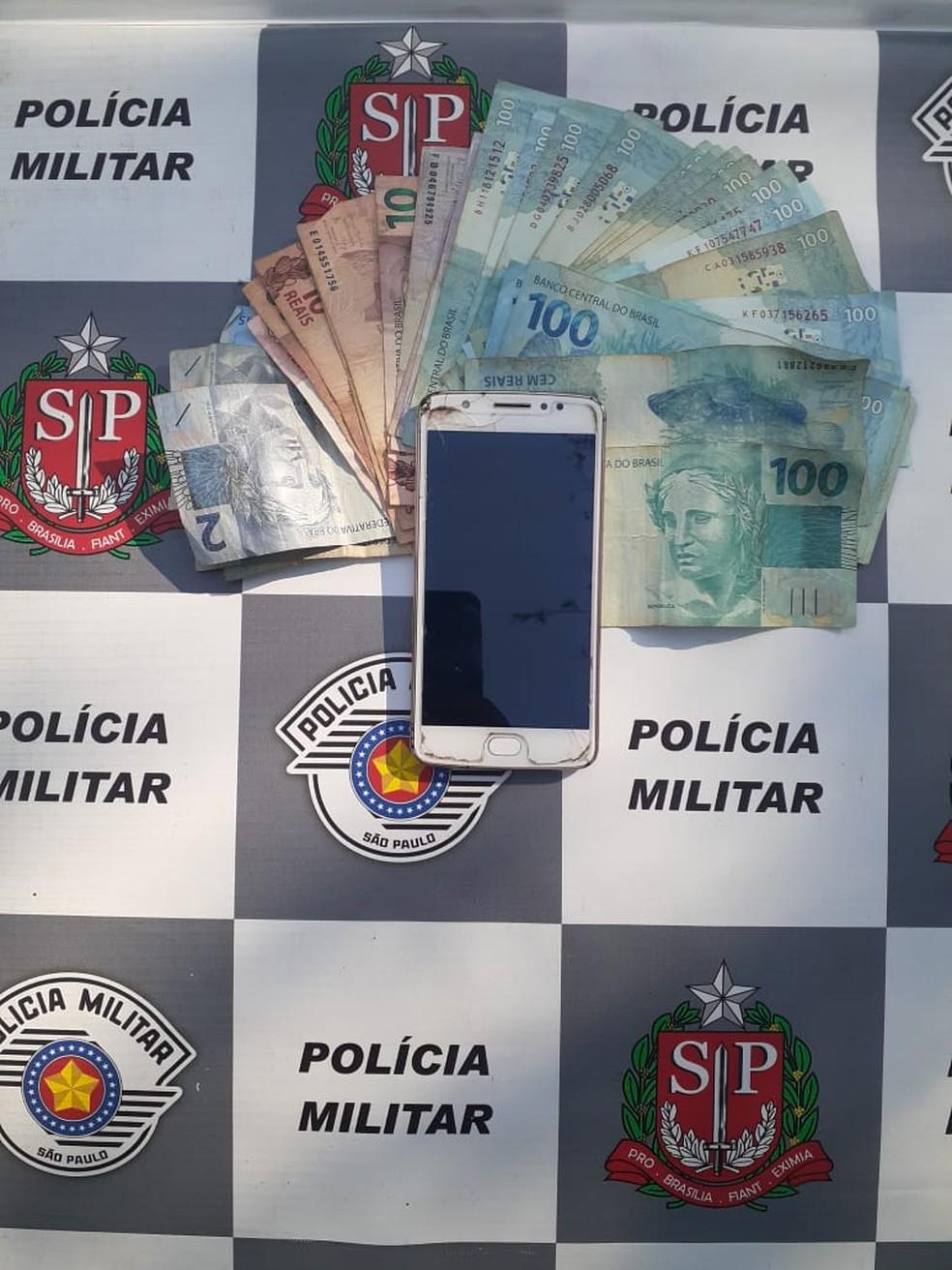Com o suspeito de roubar o caminhão também foram encontrados R$ 2 mil. — Foto: Divulgação/Polícia Militar