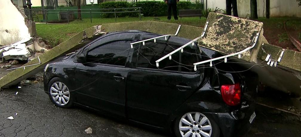 Muro desaba e atinge motos e carros na Zona Sul de SP após temporal — Foto: Reprodução TV Globo