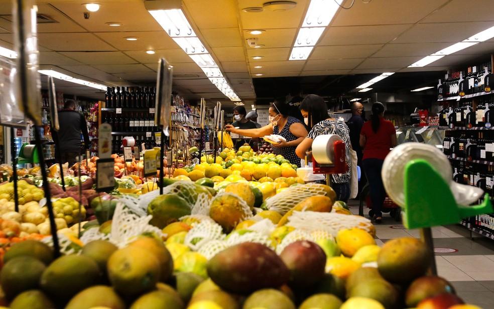 Alimentos acumulam alta de 12,14% no ano até novembro, segundo o IBGE. — Foto: Tânia Rego/Agência Brasil