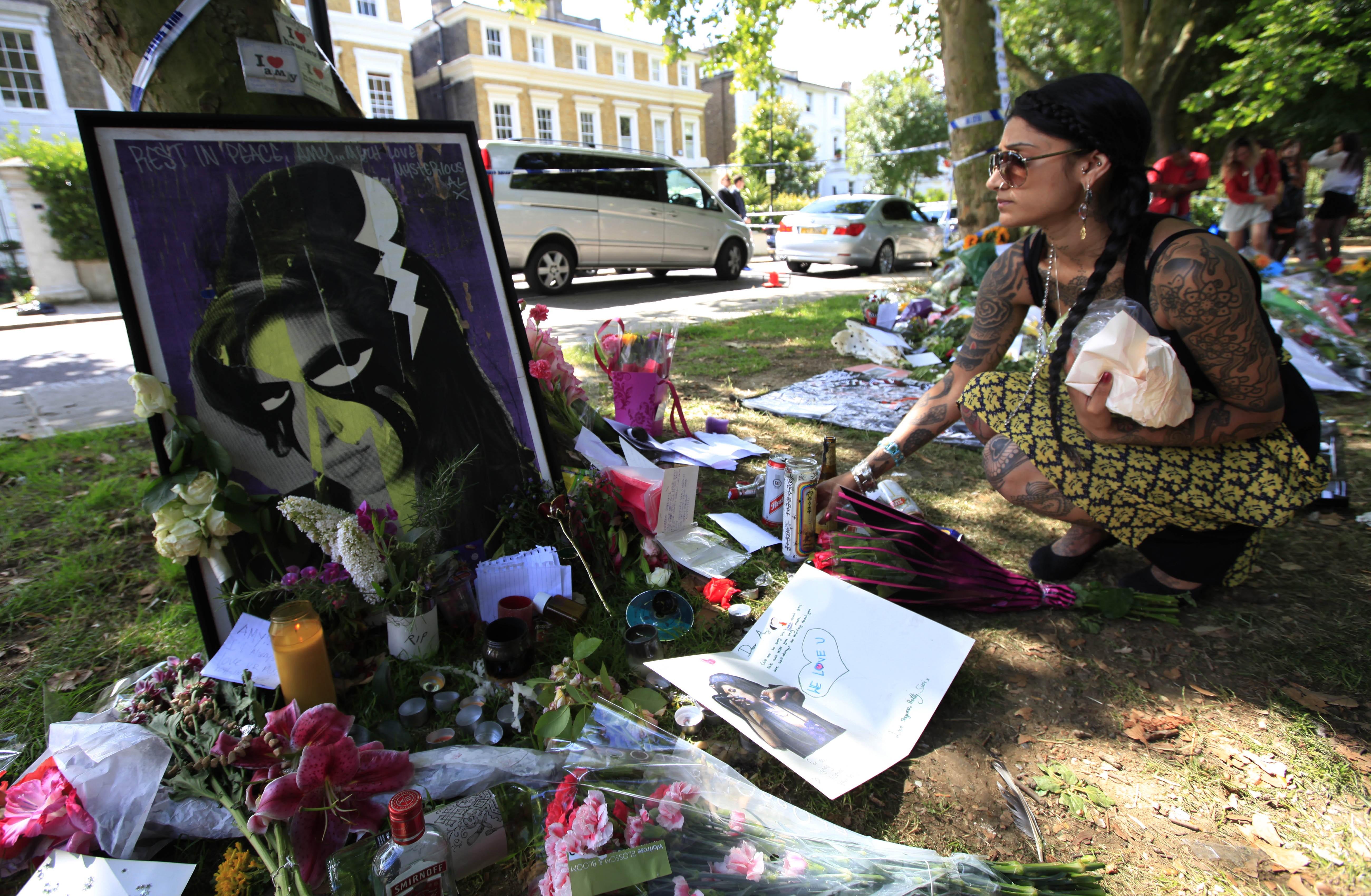 Flores, mensagens e cartas cercaram a residência de Amy Winehouse, após sua morte
