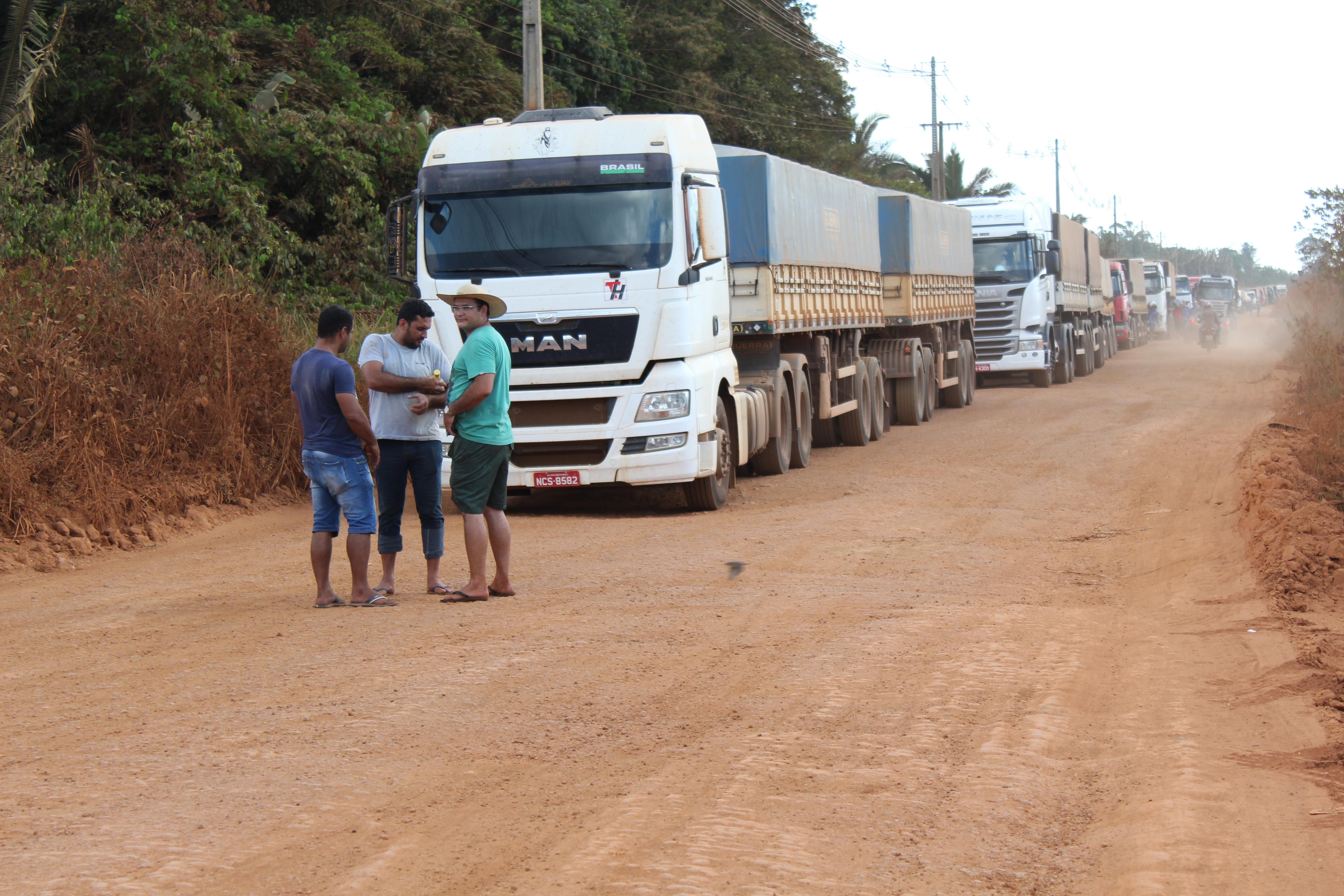 Moradores voltam a bloquear Estrada da Penal em Porto Velho em cobrança por asfalto - Notícias - Plantão Diário