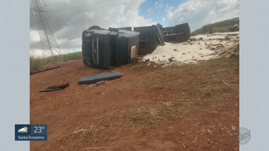 Motociclista morre esmagado por caminhão carregado com açúcar em São Joaquim da Barra, SP