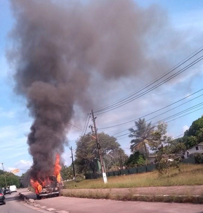 Van pega fogo na av. Arthur Bernardes, em Belém