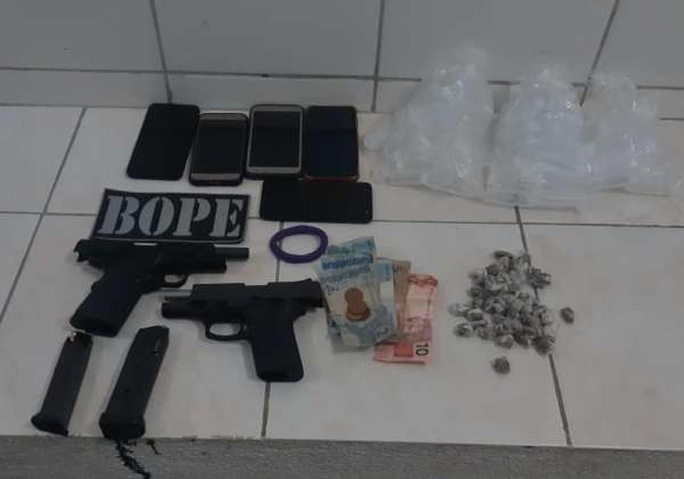 Polícia apreende armas, drogas, munição, dinheiro e aparelhos celulares em festa na Cidade dos Funcionários, em Fortaleza. — Foto: Polícia Militar/ Divulgação