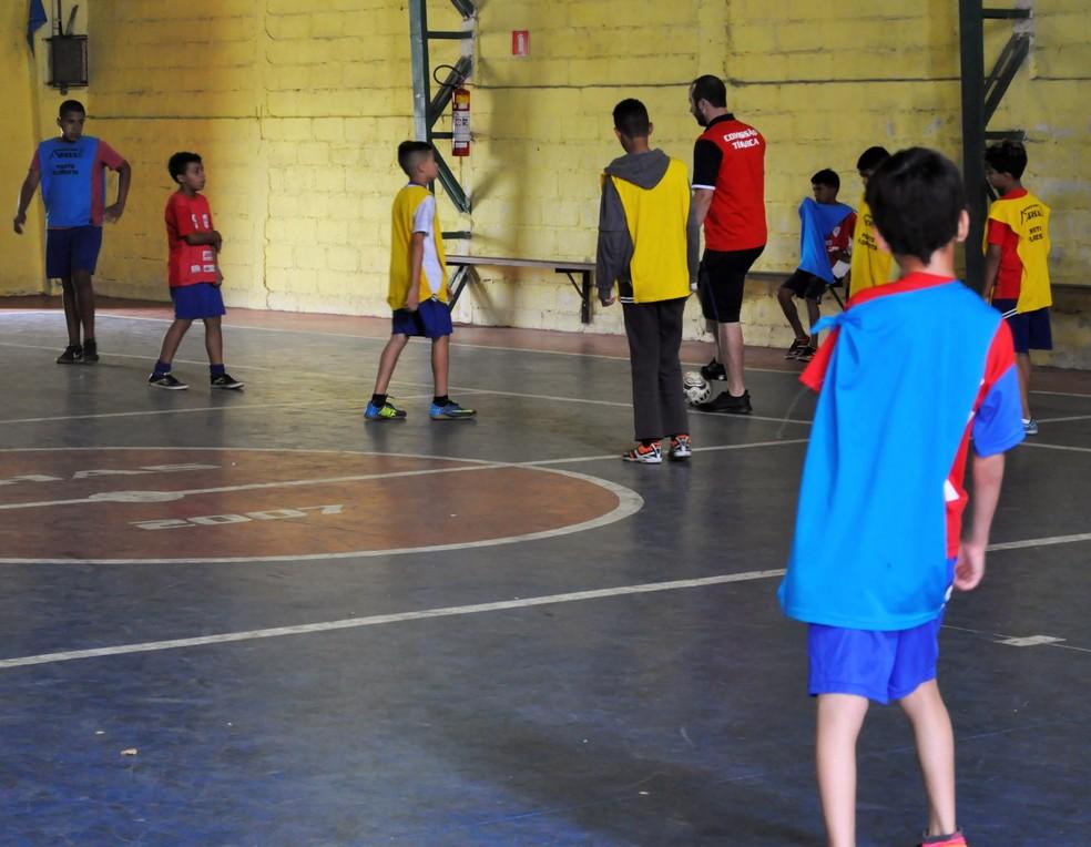 Fernando, treinador do time, conta que Phelipe é uma inspiração também para ele — Foto: Camilla Resende/ GE