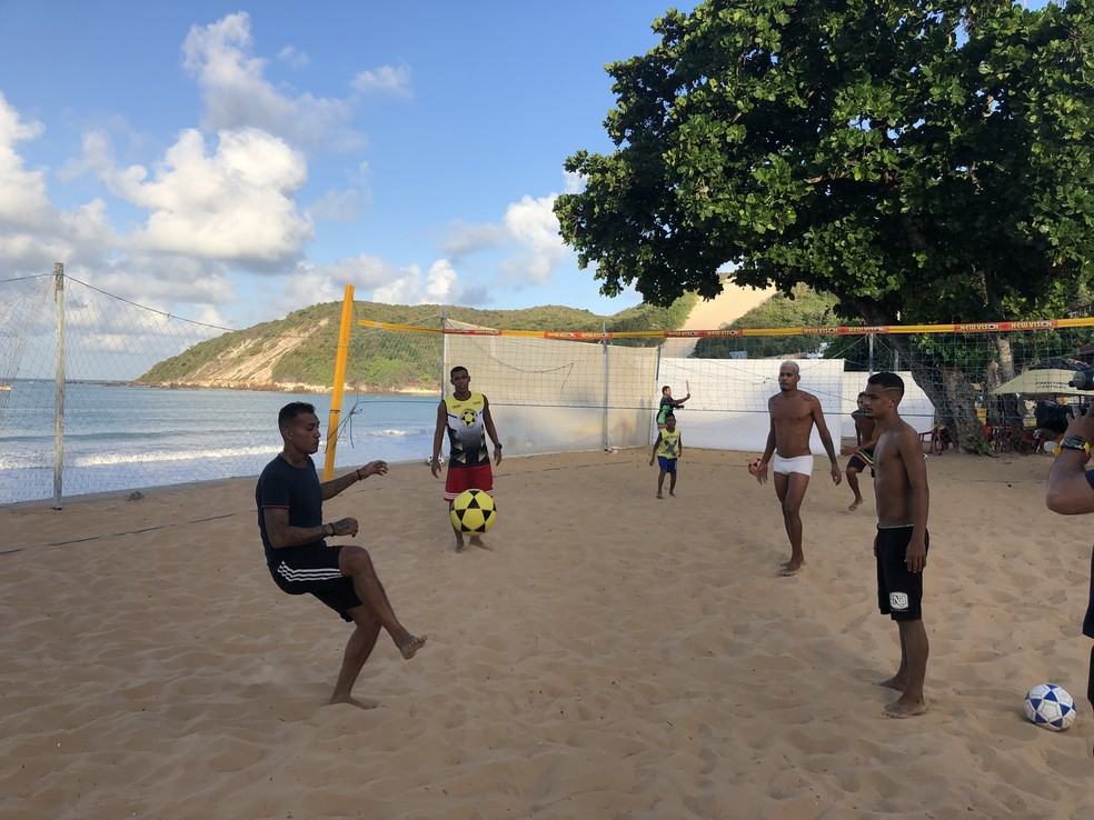 Matuzalém com os amigos no futevôlei: brincadeira levada a sério para manter a forma — Foto: Augusto Gomes/GloboEsporte.com