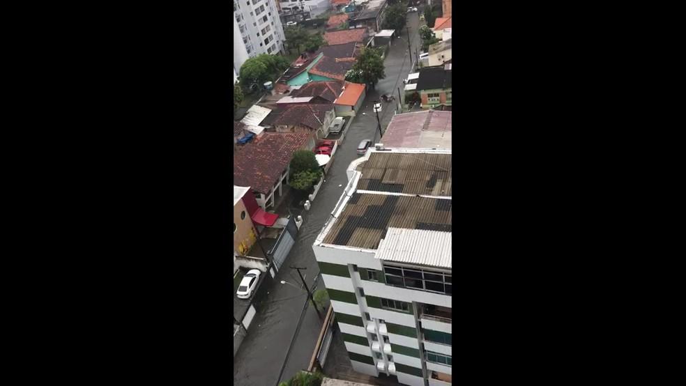 Carros boiaram na Rua Carneiro Vilela, no Espinheiro, no Recife, na manhã desta quinta (13) — Foto: Reprodução/WhatsApp