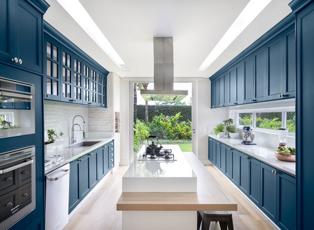 Após reforma, área gourmet é ampliada e ganha marcenaria azul